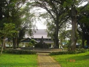 Jalan setapak menuju Taman Air Mancur